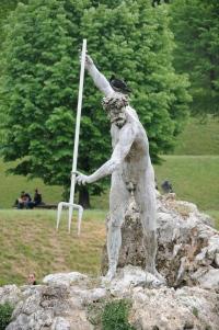 Estatua no lago do jardim