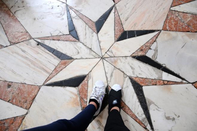 Piso da igreja com o meu pé e do da Laura :)