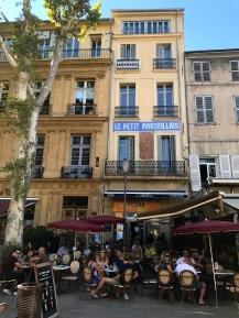 Os bares restaurantes da rua principal