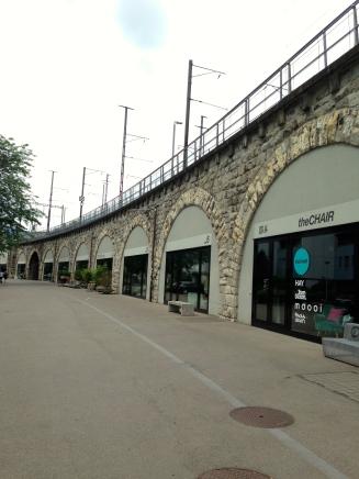 Viaduto com várias lojas abaixo